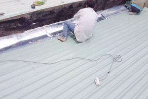 Tiết lộ xử lý khe hở giữa mái tôn và tường hiệu quả