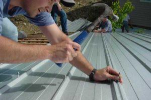 Sự quan trọng của thợ thi công mái tôn chống thấm nhà khi trong việc thực hiện